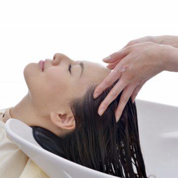 頭皮が乾燥してカサカサするのはシャンプーが原因?正しい頭皮ケア